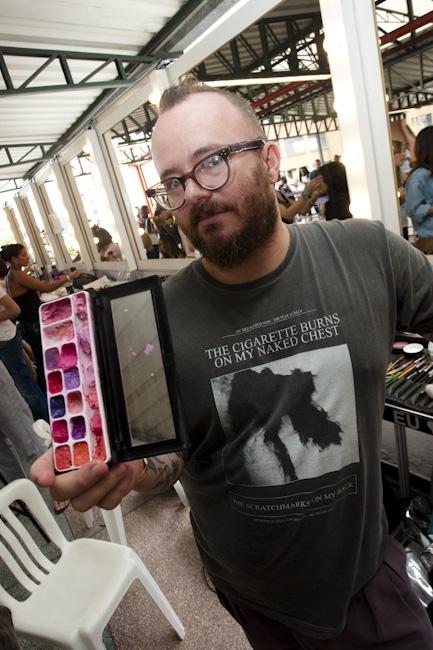 Robert Stevão com sua paleta da Kryolan para o desfile da Cavalera