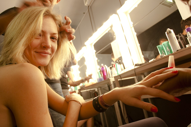 Bárbara Berguer pintando as unhas com vermlho desejo da Risqué