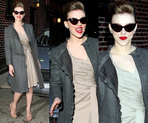 Scarlett na porta do studio de David Letterman